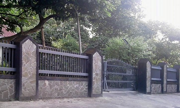 Modern minimalist house fence design in 2014 4 home ideas for Brick and wrought iron fence designs