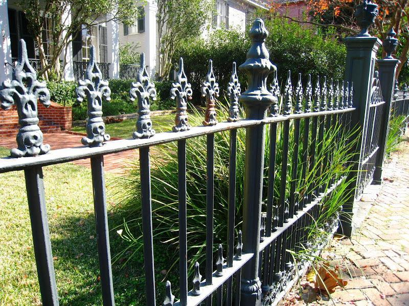Cool Minimalist Iron Fence Design Image