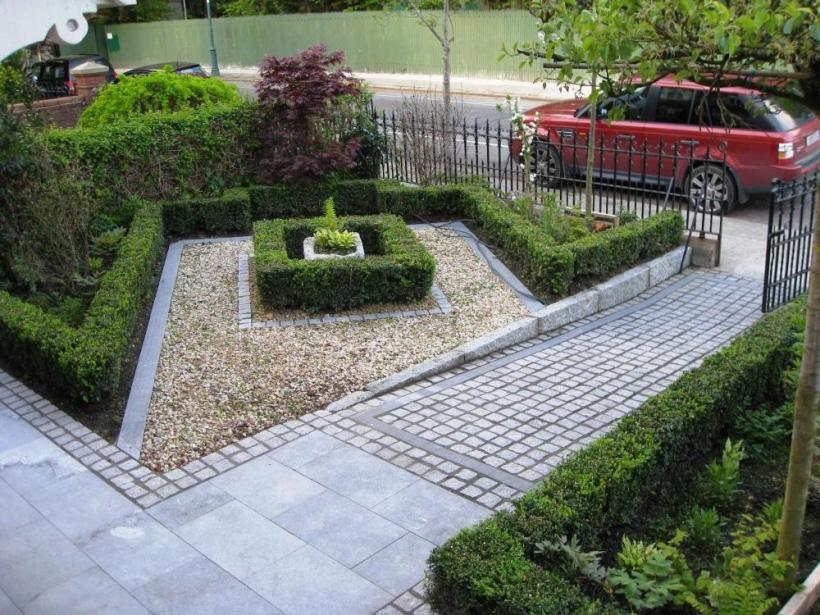 Unique Garden Layout In Front Of House