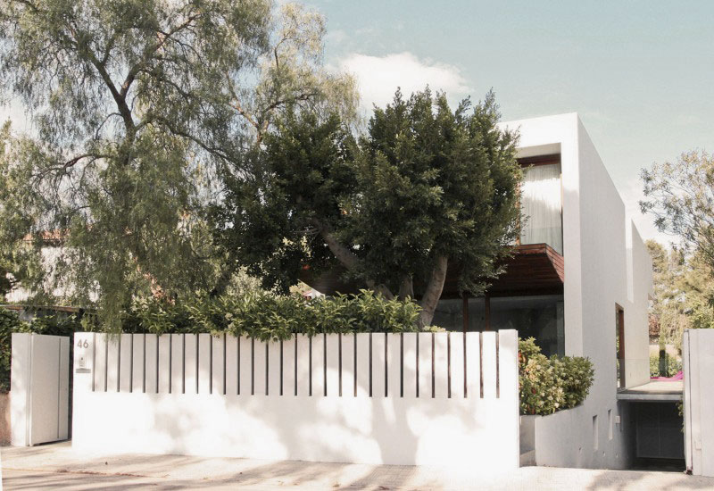 Minimalist White Fence Design For House
