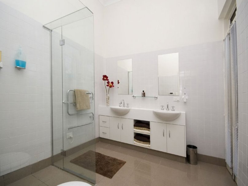 White Paint To Make Bathroom Bigger
