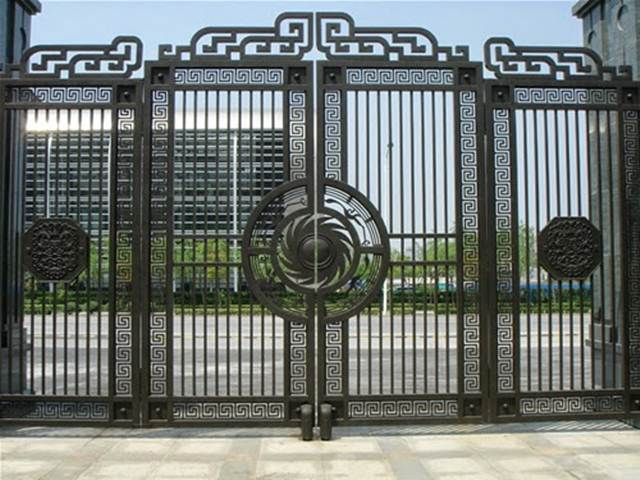 Beautiful Art Idea For Black Iron Fence