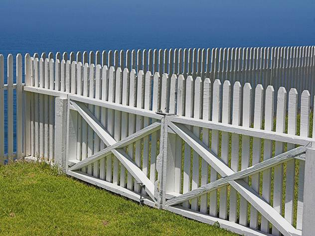 White Paint Idea For Wooden Home Fence