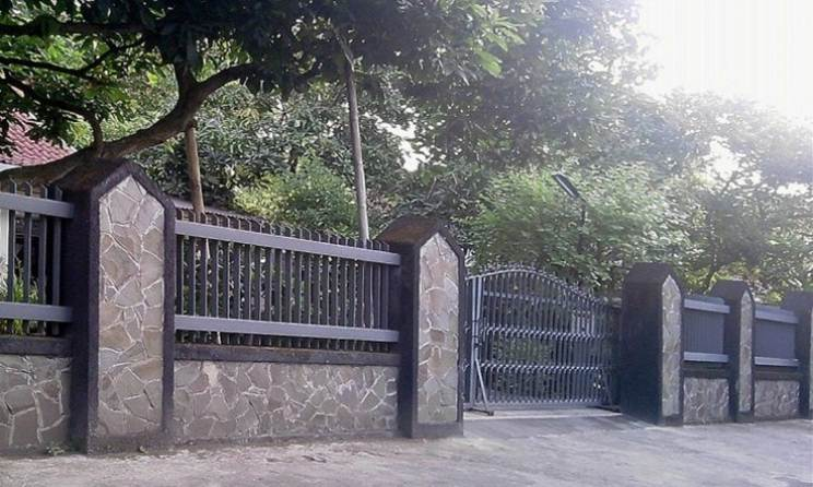 Elegant Black Iron Fence For Luxury Home