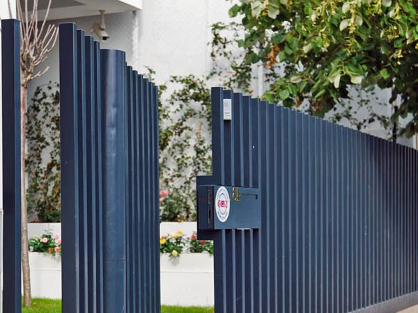 Minimalist Fence Design For Front Yard