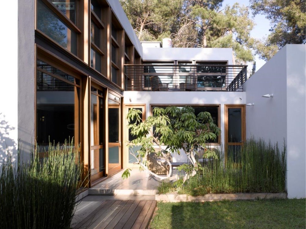 Beautiful Home Design With Small Garden