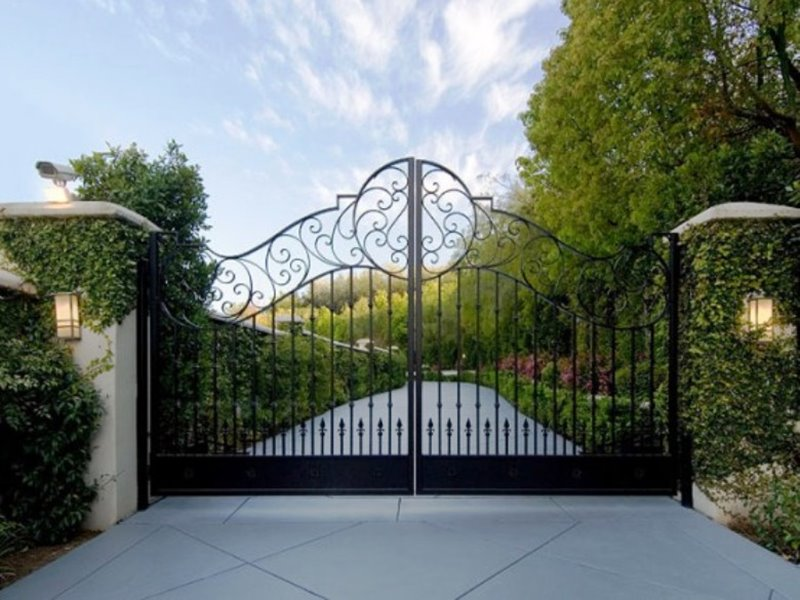 Elegant Black Iron Fence Design