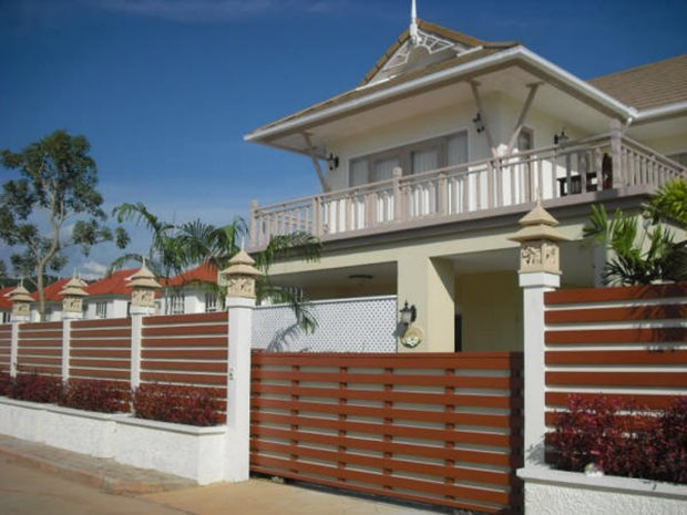 Simple Minimalist Wooden Fence Design